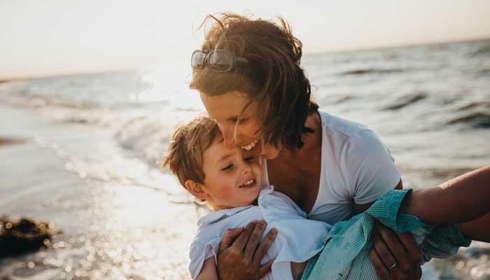 子育て世代の母親と子供のイメージ写真
