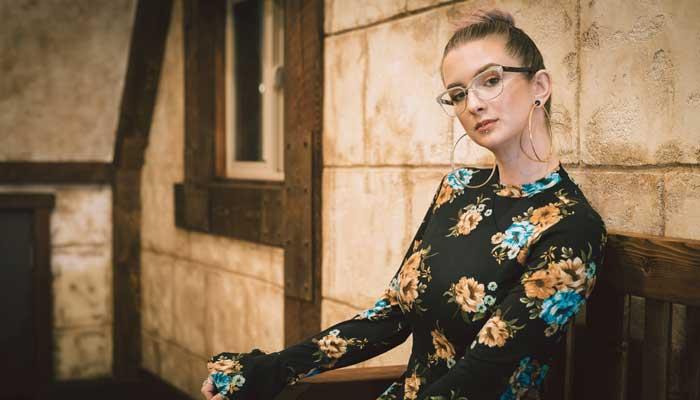 金属アレルギー について考える女性の画像