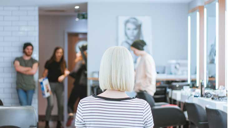 髪形とアクセサリーの相性に悩む女性のイメージ画像