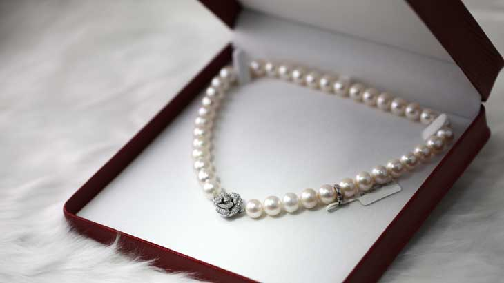 Pearl necklace photo