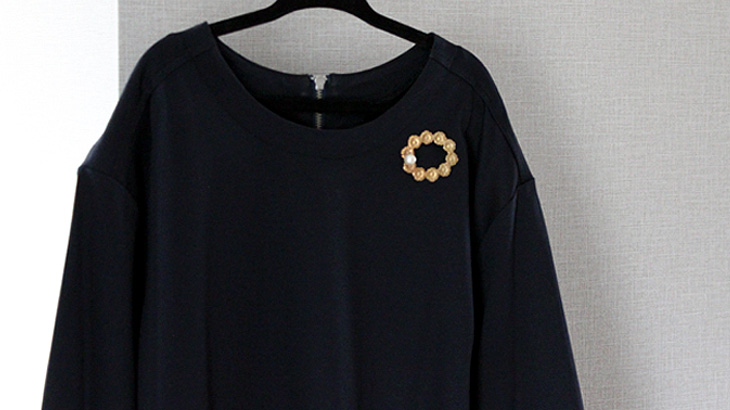The-images-with-a-brooch-on-the-upper-side